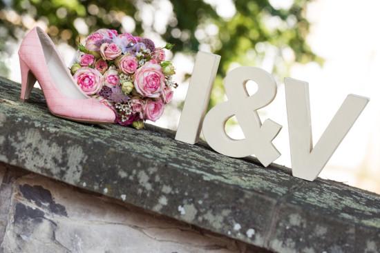 Irina Vitali Hochzeitspaar Wedding Hochzeit Detail Schuh Rosa Rose Brautstrauß Blumen Juli Schloss Neuhaus Mauer - Diana Jill Fotograf Paderborn Fotograf