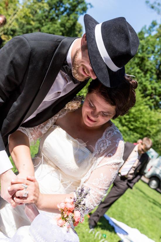 Juliane Tristan Reportage Hochzeit Anschnitt Hochzeitstorte Teeparty Teaparty Vintage 20er Fotograf Schloss Bückeburg - Diana Jill Fotografiie