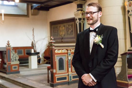 Juliane Tristan Reportage Hochzeit Kirche Bräutigam Erwartung Fotograf Bückeburg - Diana Jill Fotografiie