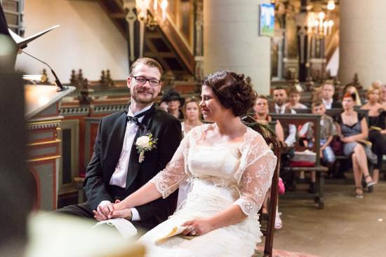 Juliane Tristan Reportage Hochzeit Kirche Glück Liebe Händchen halten Hochzeitsfotograf Bückeburg - Diana Jill Fotografiie