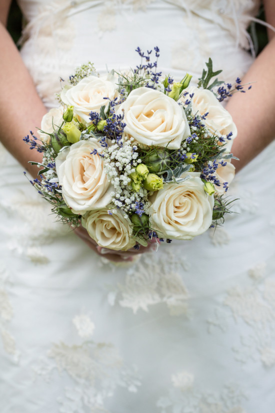 Juliane Tristan Vintage Hochzeit 20er Jahre Rosen Lavendel Brautstrauß Blumen August Wedding Fotograf - Diana Jill Fotografie Bückeburg