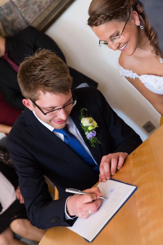 Vanessa Christoph Unterschrift Standesamt Paderborn Hochzeit Hochzeitsfotograf - Diana Jill Fotografie