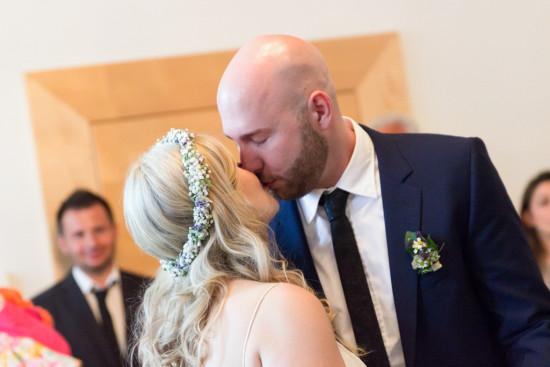 Victoria Patrick Hochzeitsreportage Hochzeit Reportage Wedding Kuss Standesamt - Diana Jill Fotografie Fotograf Paderborn