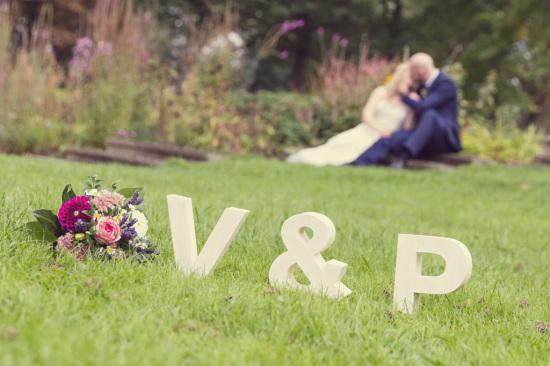 Viktoria Patrick Kuss Strauß Blumen Initialen Couple Hochzeit Wedding - Diana Jill Fotografie Paderborn Paderquellgebiet