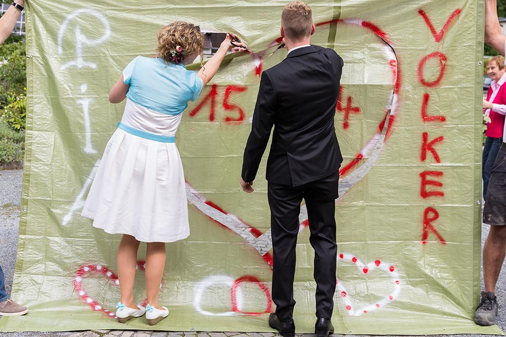 Hochzeitsfotograf Hochzeit Borchen Nordborchen Mallinckrodthof Fotograf Paderborn Herz schneiden Überaschung