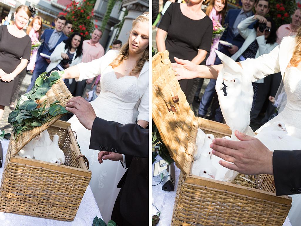 Daniela Andreas Hochzeit Trauung standesamtlich weiße Tauben steigen lassen Überaschung Aktion Hochzeitsfotograf Paderborn - Diana Jill Fotografie