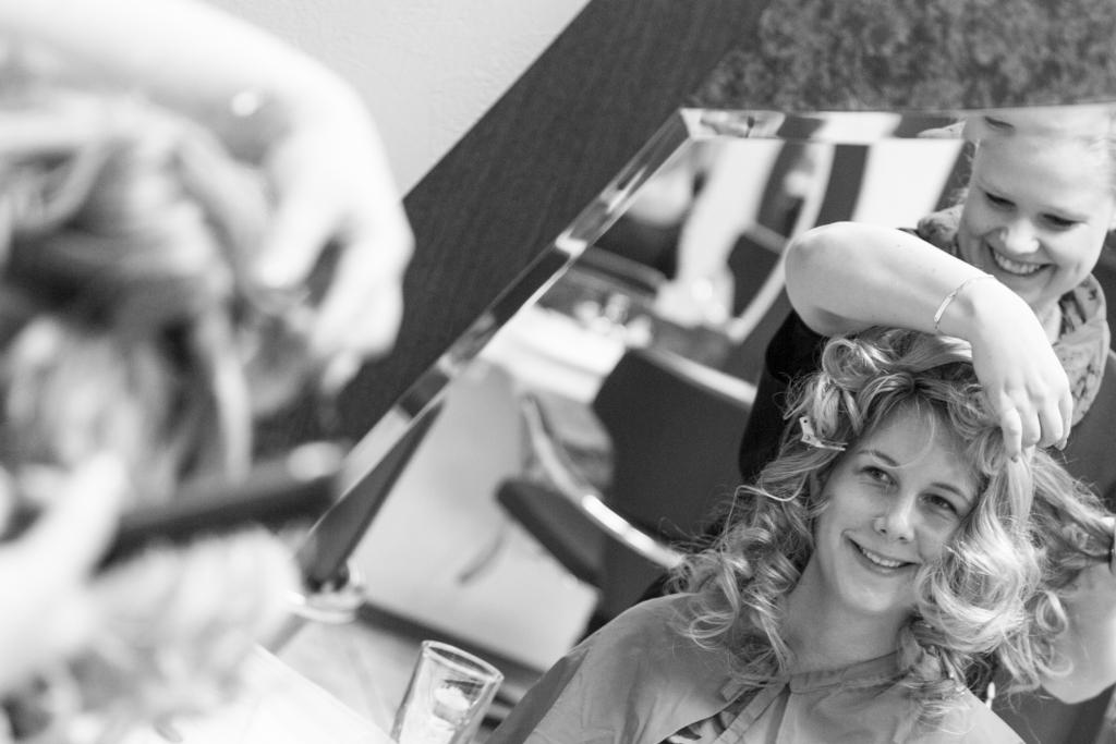 Daniela Andreas Hochzeit Vorbereitungen Getting Ready Friseur Frisur Haare Braut Paderborn Sande Delbrück Hochzeitsfotograf - Diana Jill Fotografie