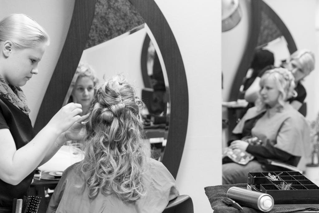 Daniela Andreas Hochzeit Vorbereitungen Getting Ready Friseur Frisur Haare Braut Trauzeugin Paderborn Sande Delbrück Hochzeitsfotograf - Diana Jill Fotografie