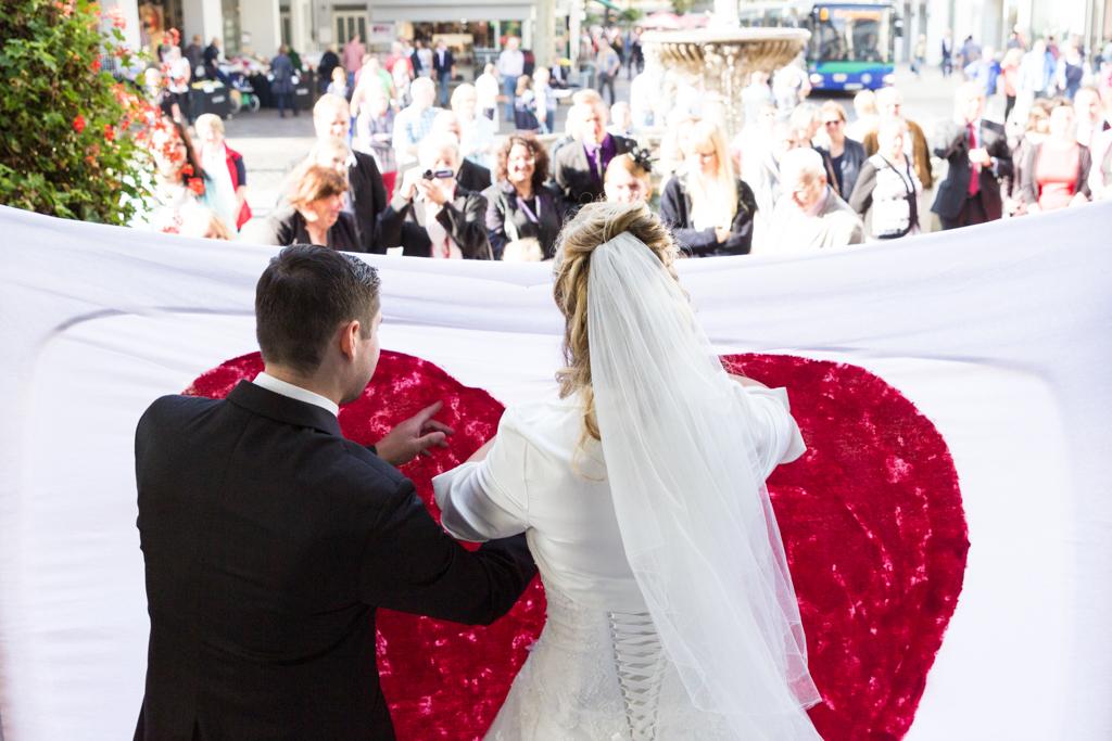 Daniela Andreas standesamtliche Hochzeit Brautpaar Standesamt Herz ausschneiden Aktion Paderborn Fotograf - Diana Jill Fotografie