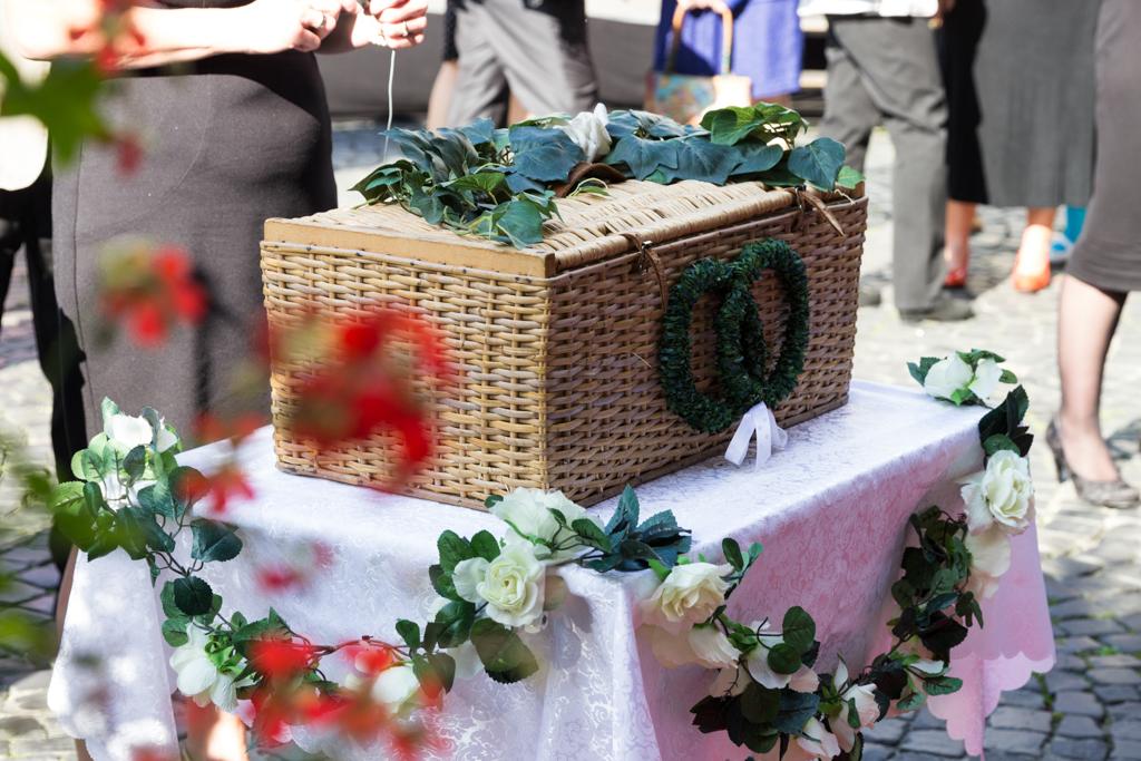 Daniela Andreas standesamtliche Hochzeit Brautpaar Standesamt Tauben Hochzeitstauben weiße Tauben Aktion Paderborn Fotograf - Diana Jill Fotografie