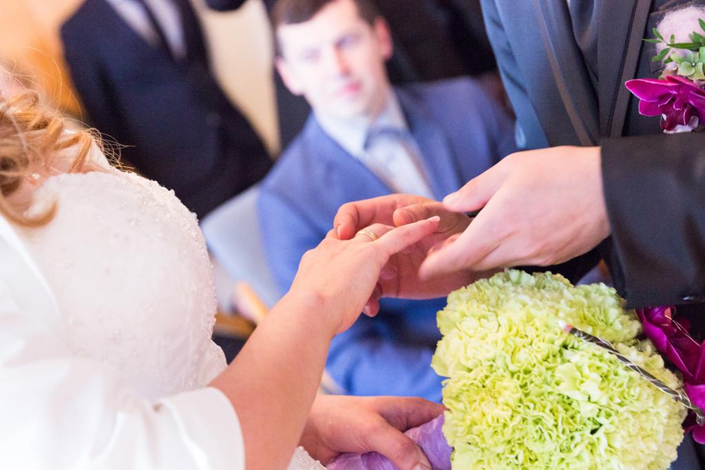 Daniela Andreas standesamtliche Hochzeit Standesamt Paderborn Brautpaar Ringtausch Trauringe Trauung Hochzeitsreportage Reportage Fotograf - Diana Jill Fotografie