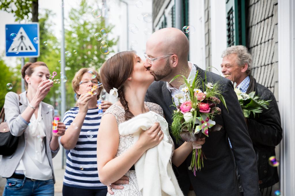 Hochzeit Seifenblasen Ehe Hochzeitspaar Ehepaar Hochzeitsfotograf Paderborn Gütersloh Delbrück - Diana Jill Fotografie
