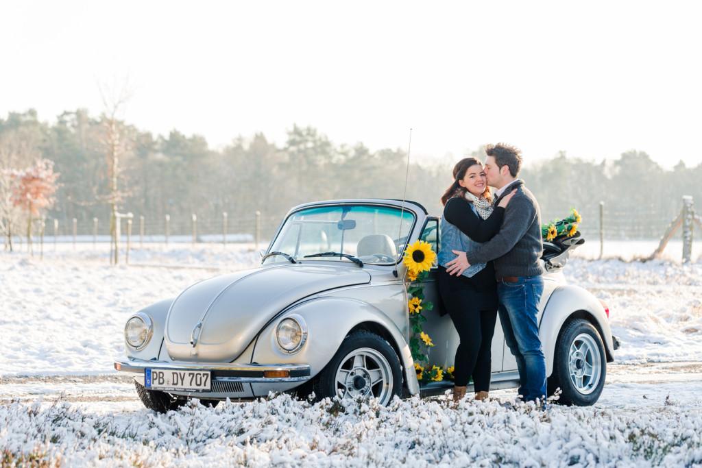 Verlobungsshooting Schneeshooting VW Käfer Paarshooting Paar Shooting Fotograf Hochzeitsfotograf Kreis Paderborn Hövelhof